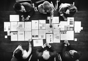 gente-negocios-analizando-estadisticas-concepto-financiero_53876-23509-compressor